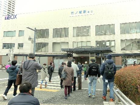 竹ノ塚駅高架化に伴いワークショップ 現場周辺を歩き意見交換