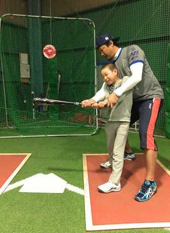 英語で野球指導するマック鈴木さん