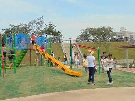 公園の遊具で遊ぶ子供たち