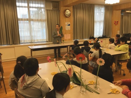 世界を舞台に活躍する村松さんによる「「花育『一花一葉』」授業風景