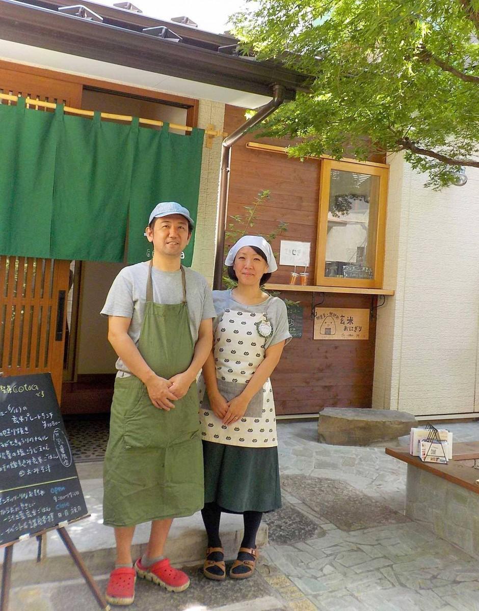 「こそだて喫茶・コトカ」店頭に立つ改田夫婦