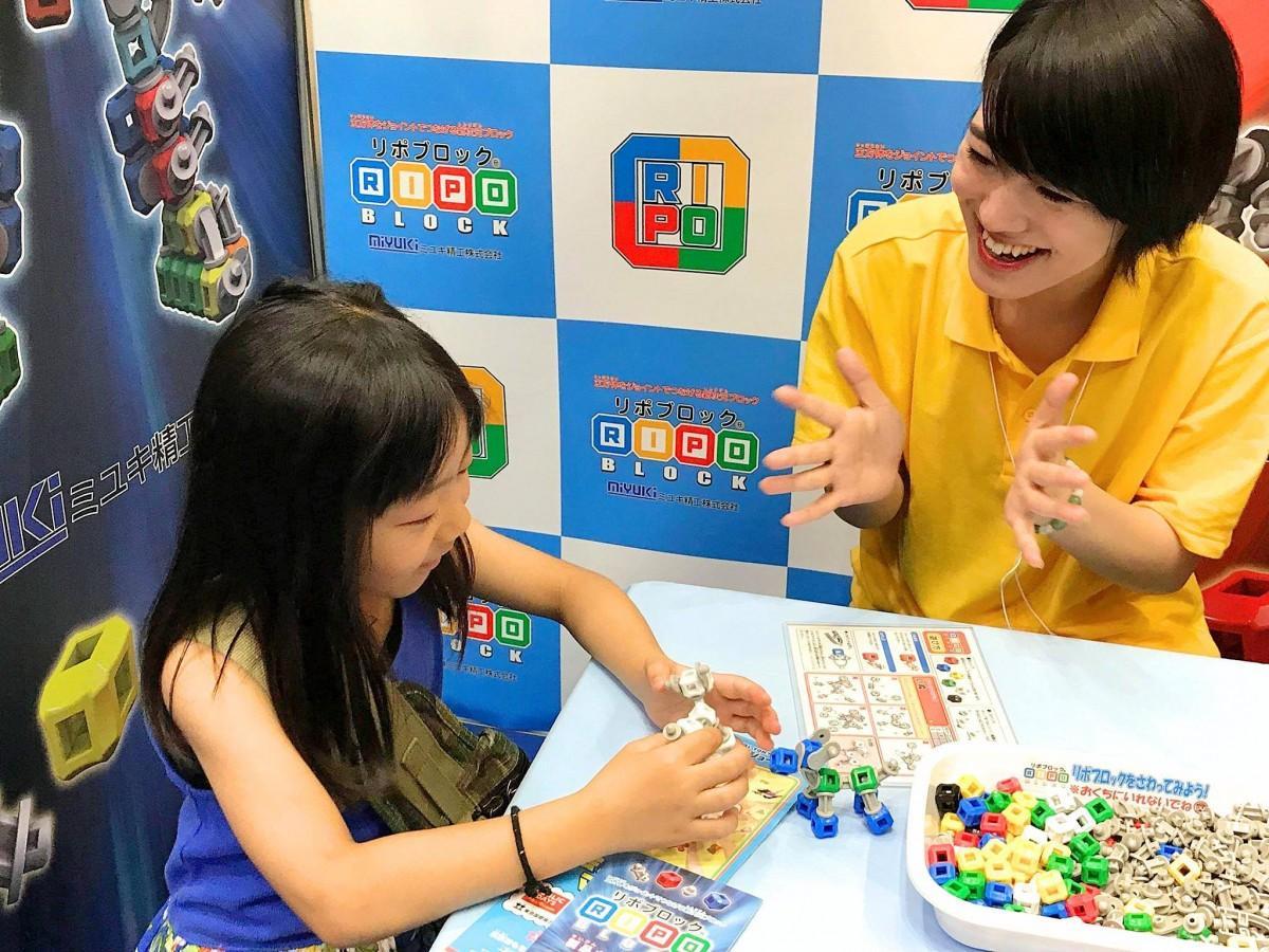 東京おもちゃショーでアテンドをする未来大学生