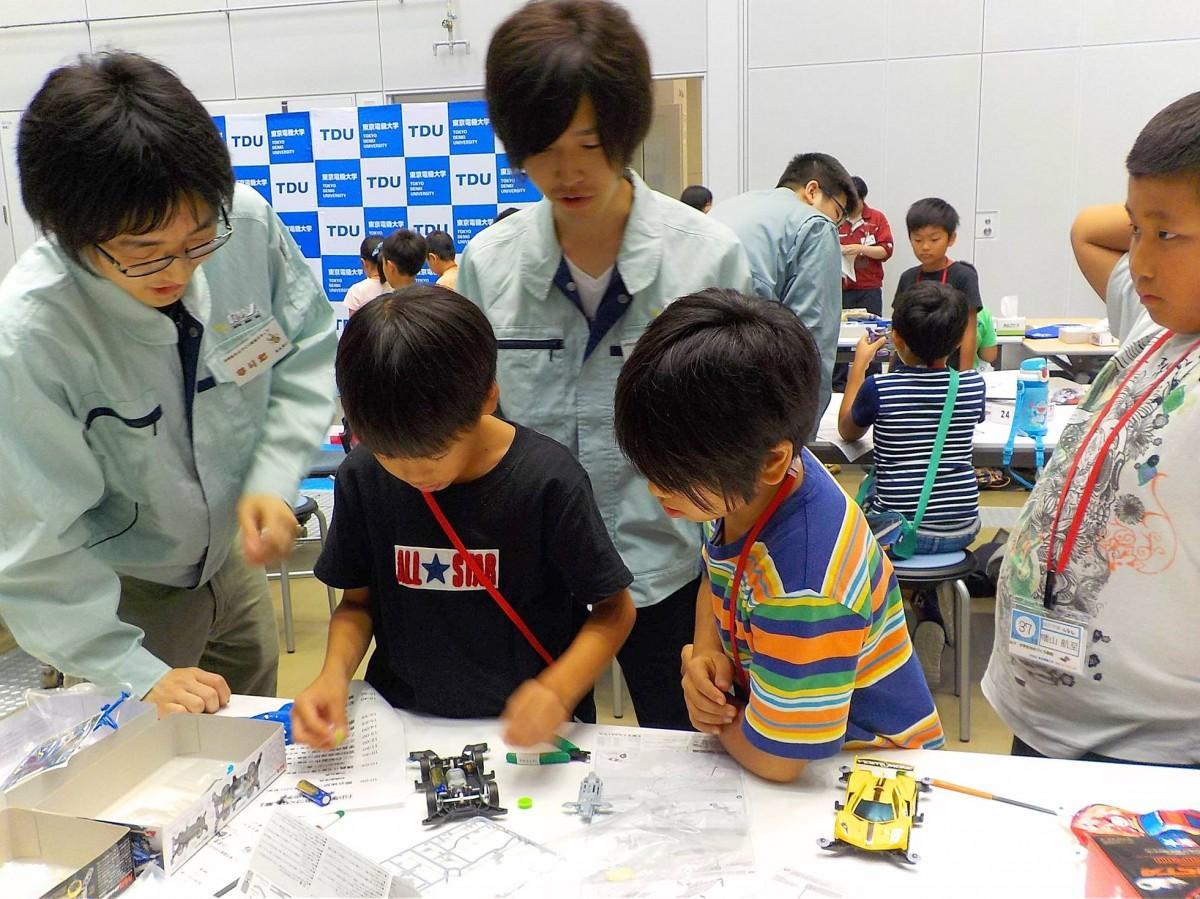 東京電機大学生にミニ四駆づくりを教わる小学生たち