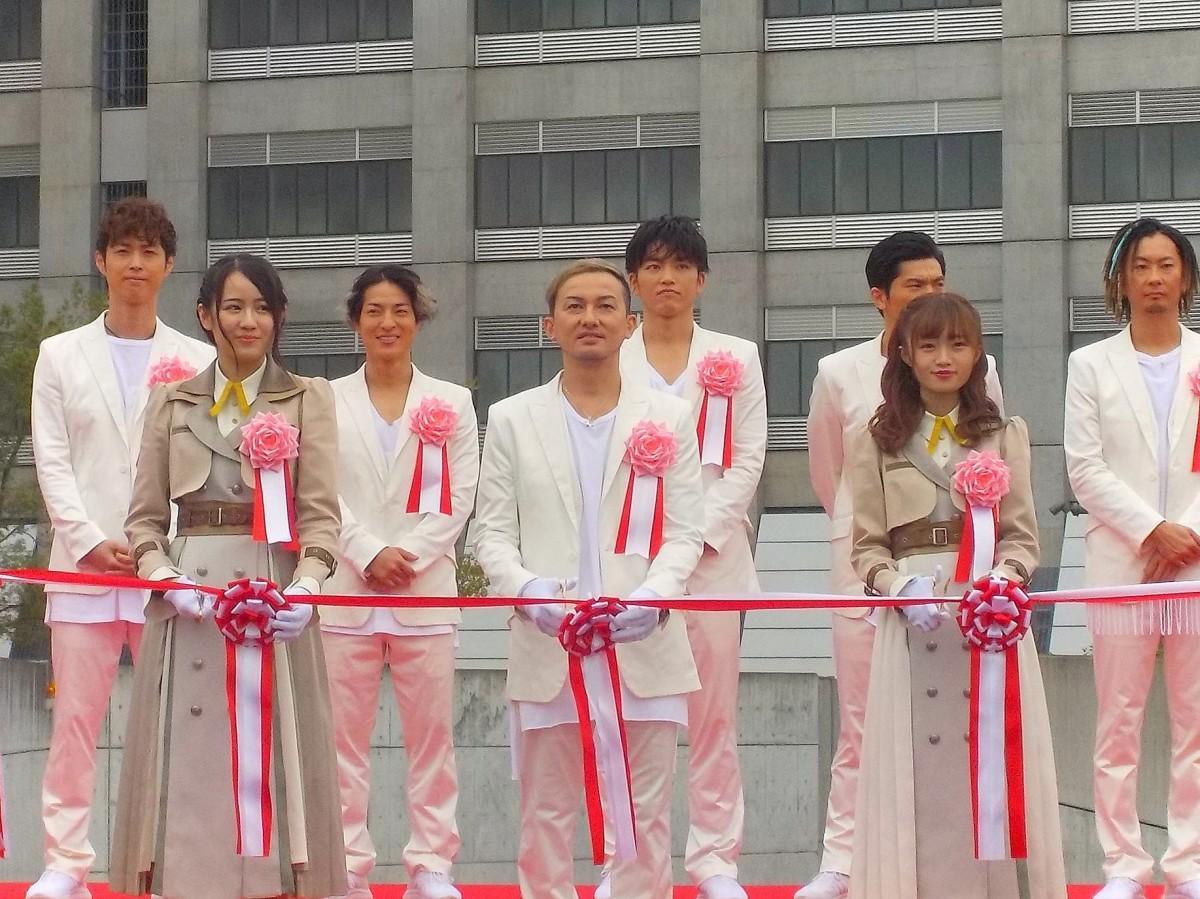 テープカットを行う「DA PUMP」のボーカルISSAさん、「NGT48」の中井りかさん・西村菜那子さん