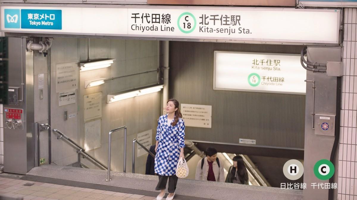 東京メトロ北千住駅に到着した石原さとみさん