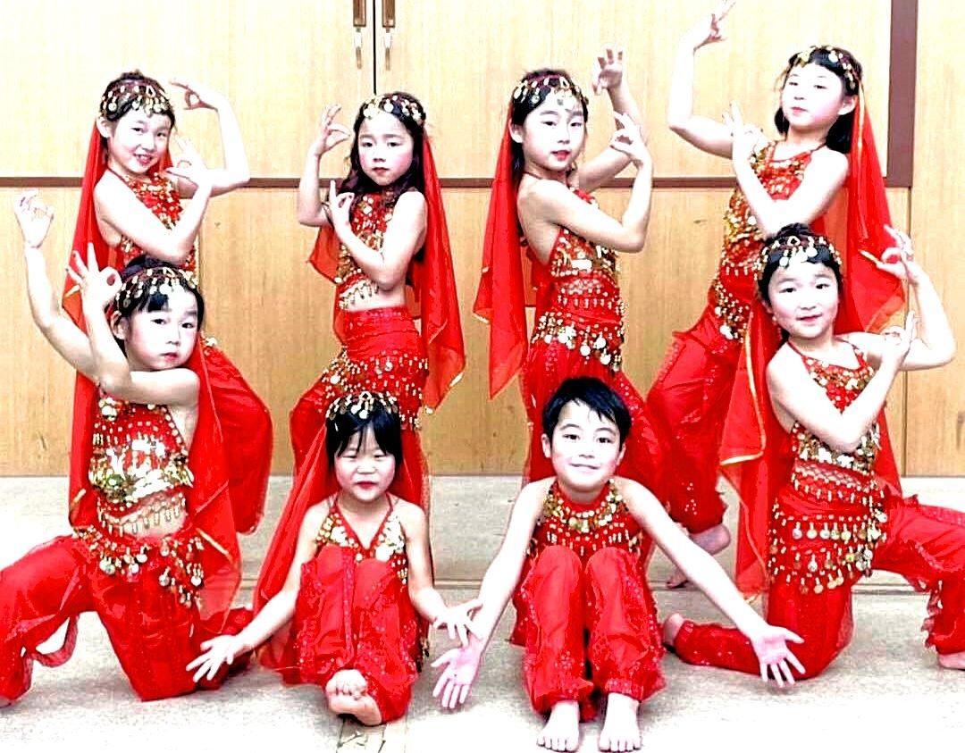 文化祭でダンスを披露する子どもたち