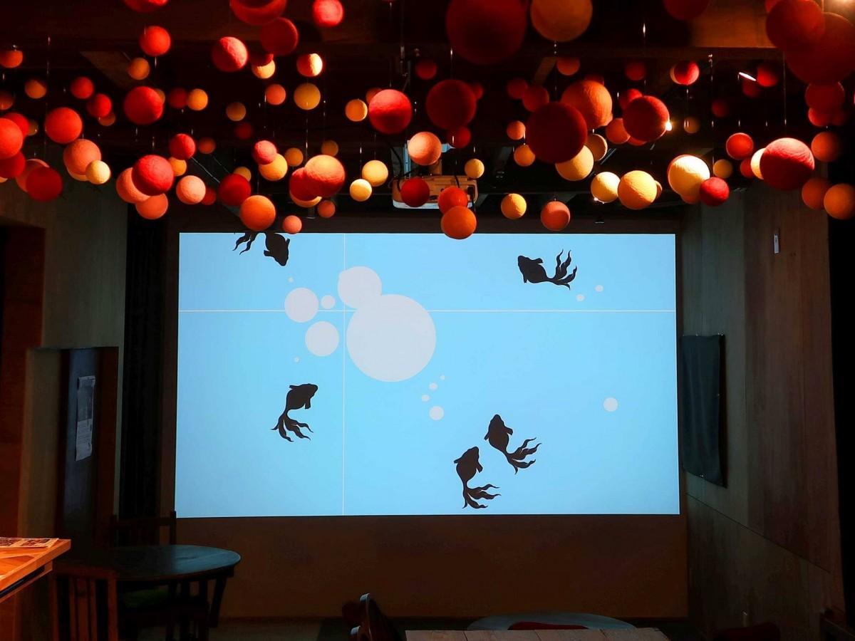 手まりを天井に飾りアートスペースとしても運用