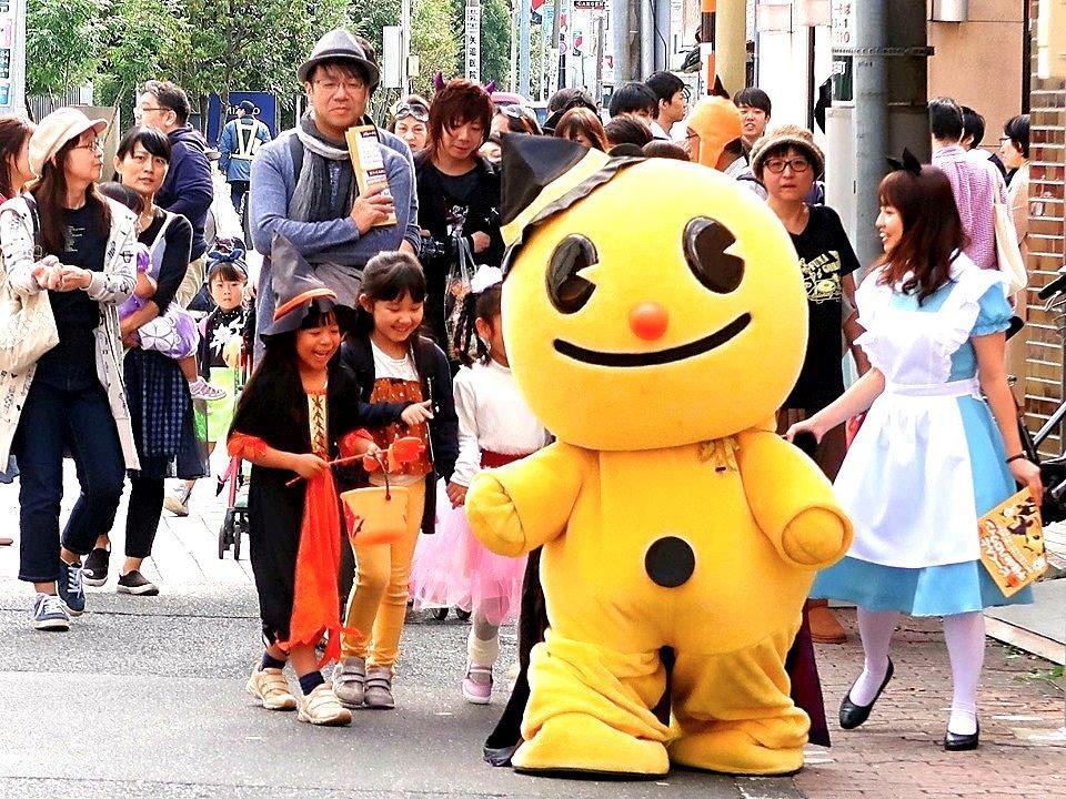 街中をパレードするピーくんと子供たち
