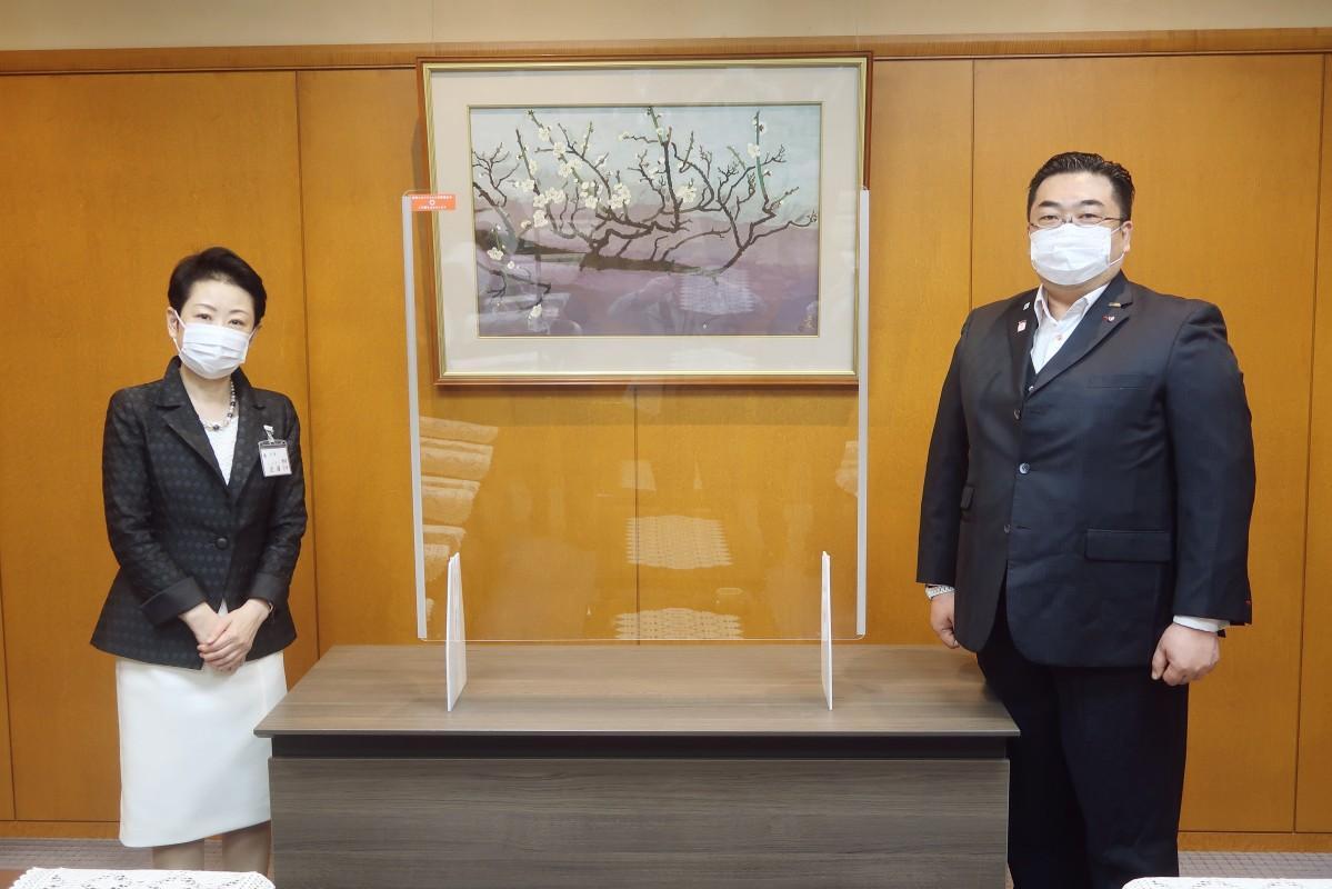 5月21日、足立区役所区長室で贈呈式が行われた。(左、近藤区長 右、横引きシャッター市川社長)