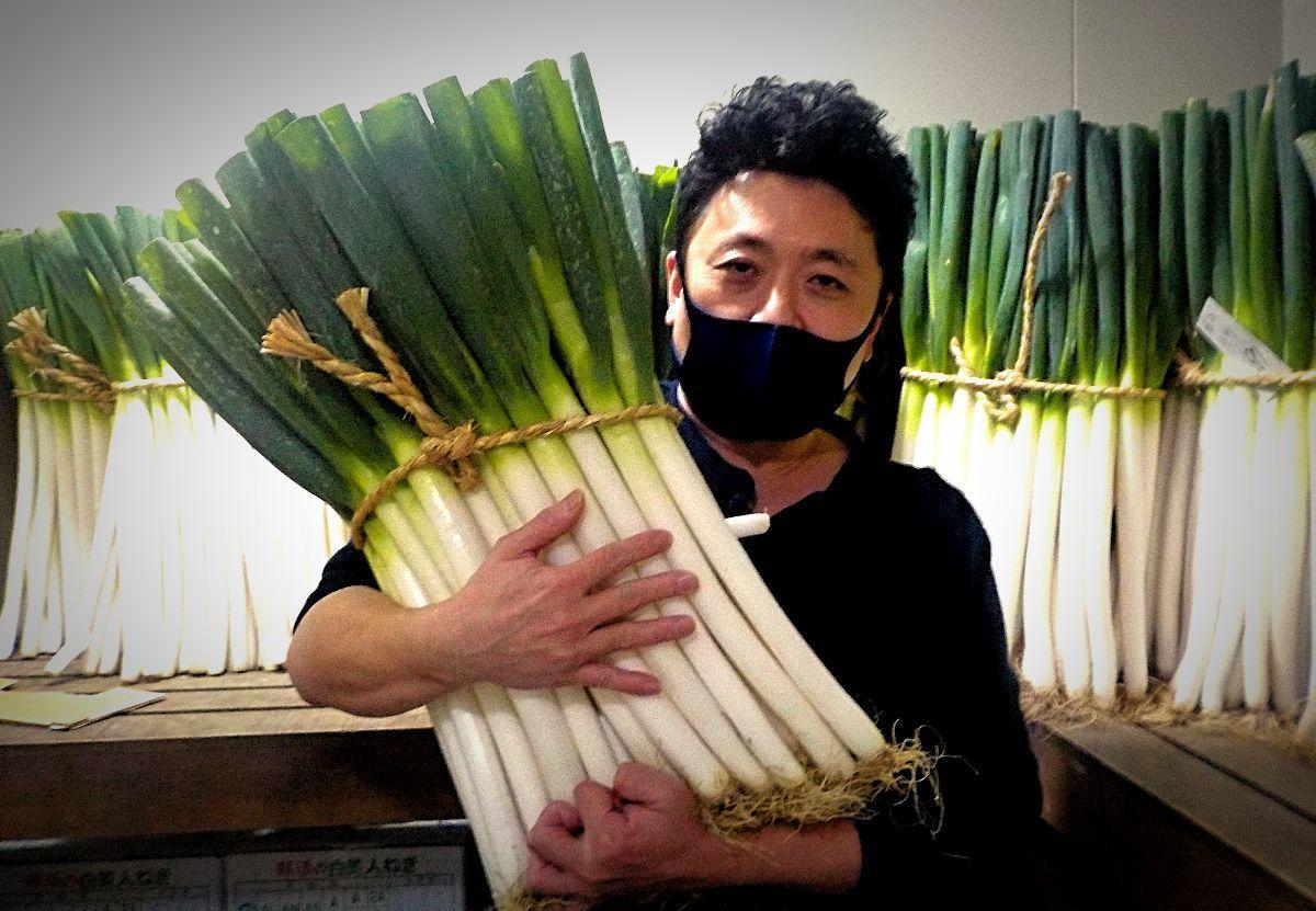 旬を迎えた「千寿葱」と「葱茂」3代目の安藤さん