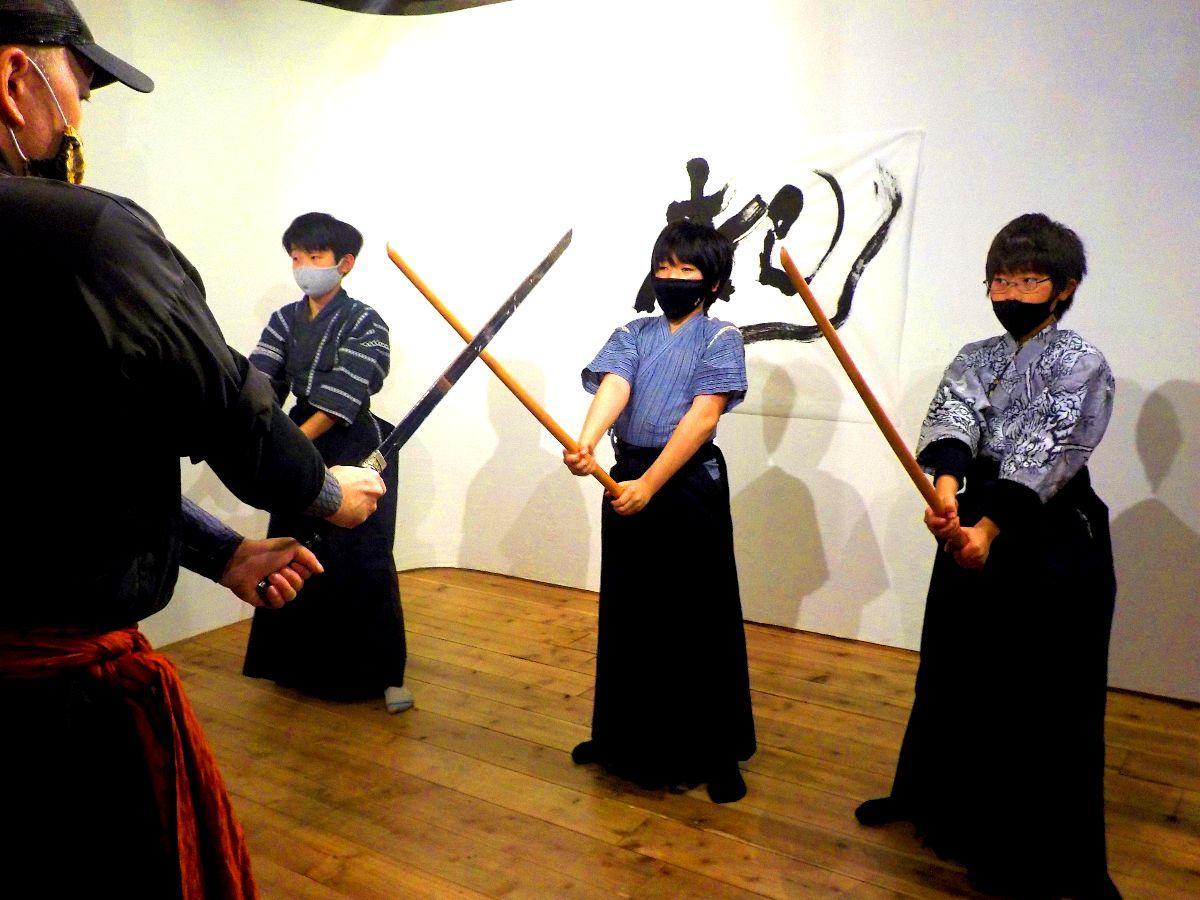師匠より剣舞の指導を受ける子供たち