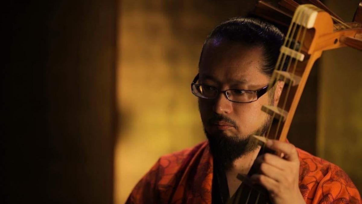 琵琶奏者・フラメンコギター弾き語りと双方を演奏する須田隆久さん