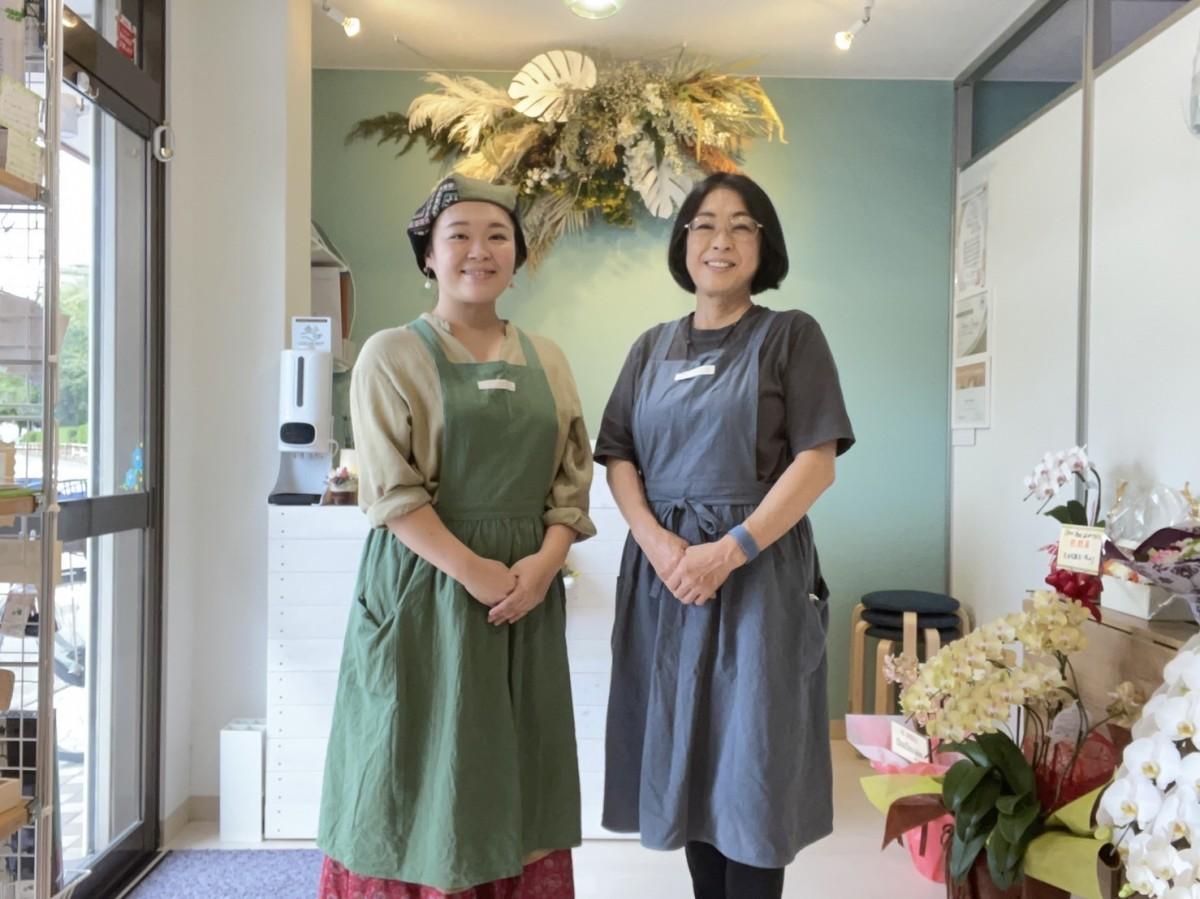 サロン店を親子で経営してく。写真右)眞柄るり子さん、左)美里さん。