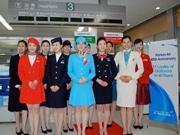 大韓航空、羽田空港で歴代11種のCA制服を披露-創立40周年記念で