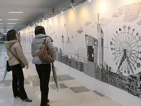 福岡空港で「デザイン書」展-筆文字で福岡の街並み描いた作品も