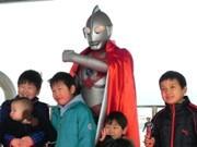 神戸空港が開港5周年-初代ウルトラマンと各地のゆるキャラが祝福