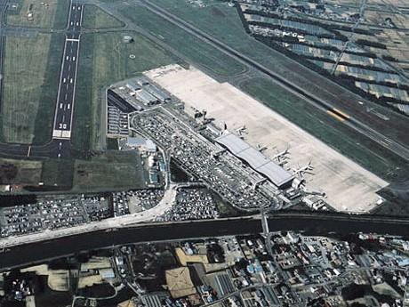 仙台空港の機能、一部復旧-滑走路半分のみで日米輸送機発着開始へ