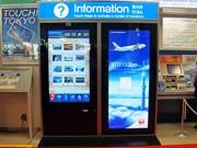 羽田空港に巨大スマホ型デジタルサイネージ-東京モノレール国際線ビル駅