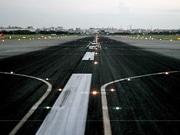 福岡空港で未明の「ランウェイウォーク」-滑走路を歩行、バスツアーも