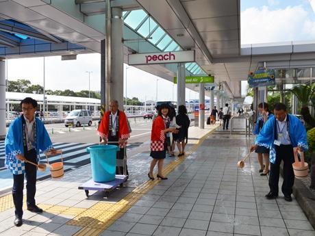 鹿児島空港ターミナルで「打ち水大作戦」