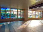 旭川空港にパブリックアート作品-大雪山系など、ステンドグラスで鮮やかに