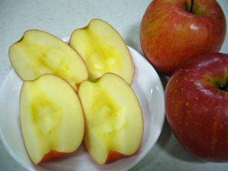 "Free Whole ""Aomori Apples"" at Airport Lounge - PR for Local Produce by Aomori Airport"