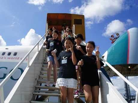 """""""Airport Work"""" Observation Tour at Narita Airport for Elementary Students as Part of Cathay Pacific's CSR Activities"""
