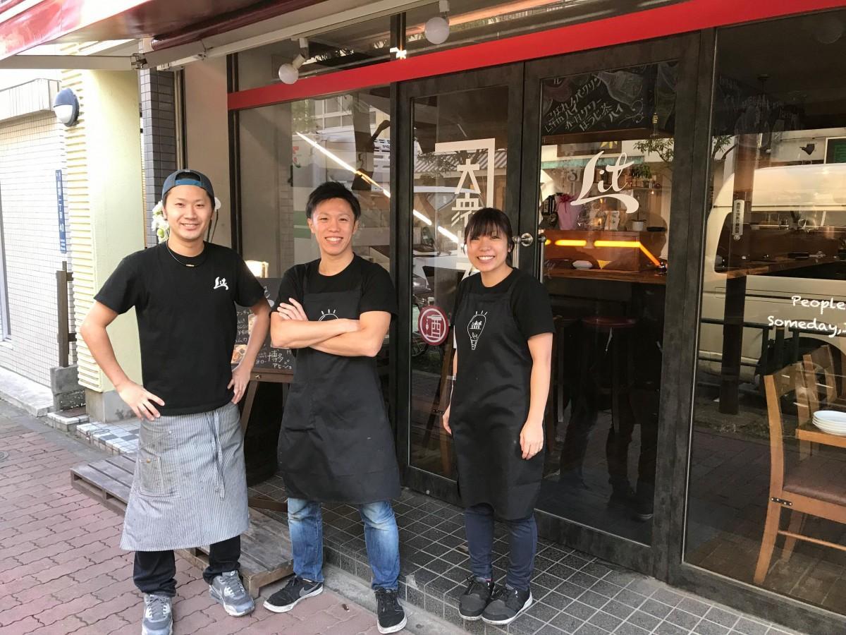 店主の高野さん(中央)とスタッフ