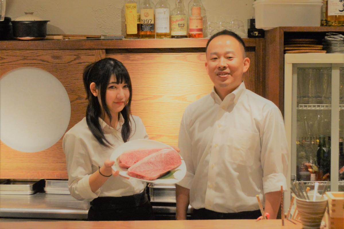 店長の沼田さん(右)とA5ランクの肉をもつスタッフの杏香さん(左)