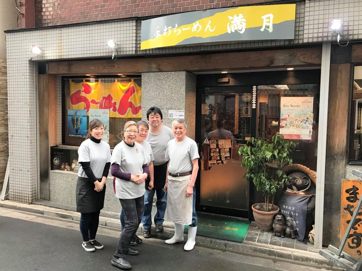 店は家族で切り盛りする 右から創業者の萩谷和邦さん、二代目店主の長男尚紀さん、妻、母、従妹