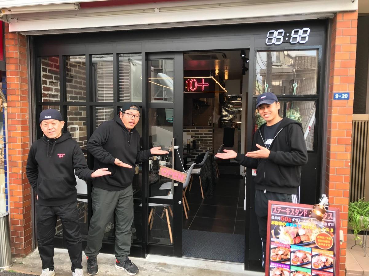 共同オーナーの石郷岡さん(左)と渡部さん(中央)とスタッフ(右)