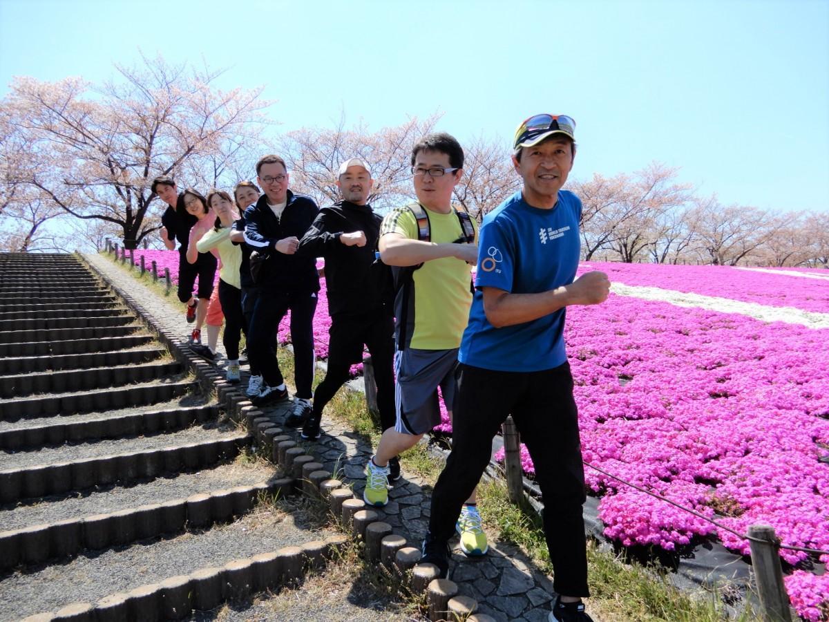トレーナーの阿部さん(先頭)と主催の唐沢さん(2番目)と参加者