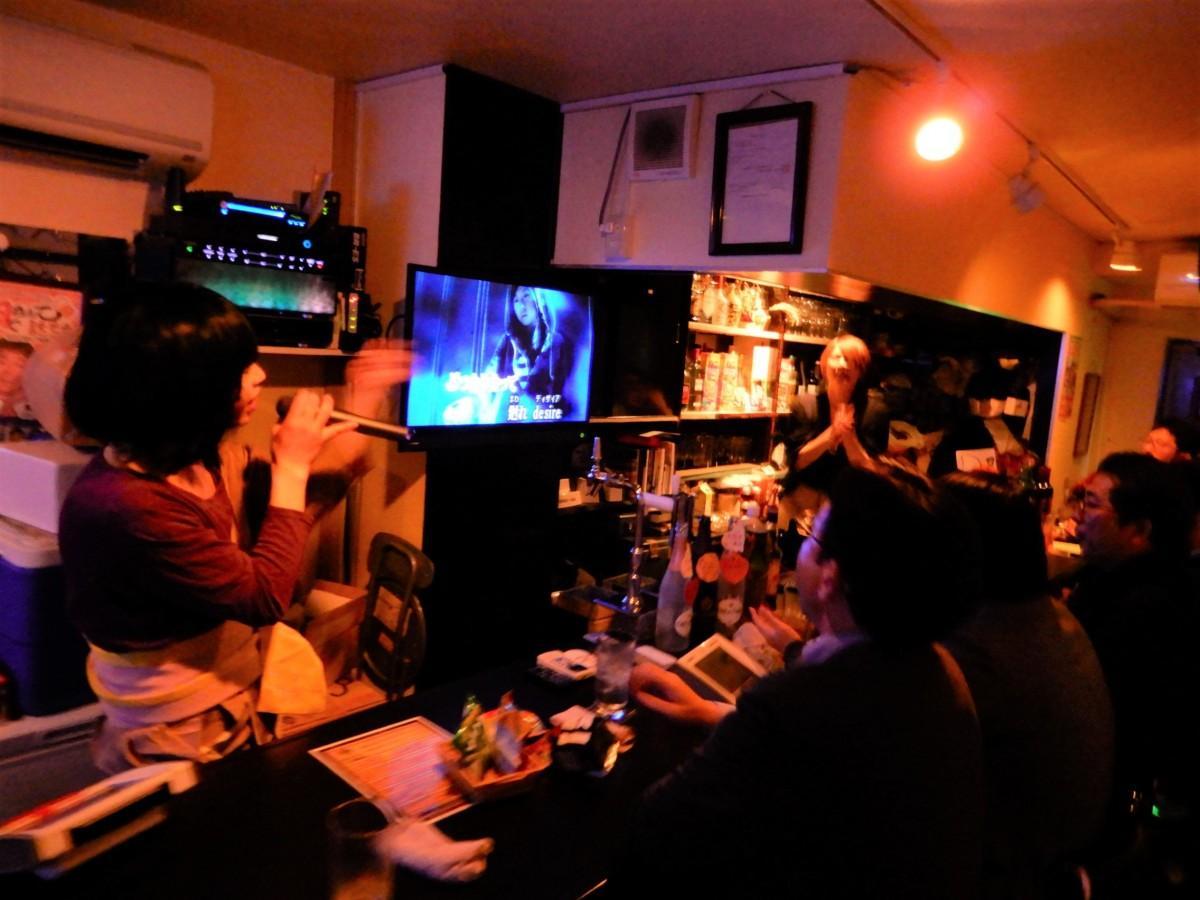参加店の「Mixバー バリオス」 ママのカラオケショーで盛り上がる参加者たち
