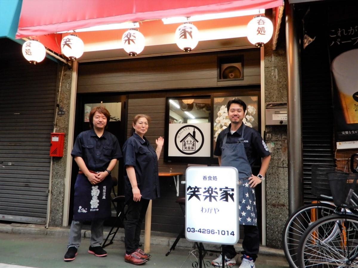 (右から)店主の川崎さんとスタッフ