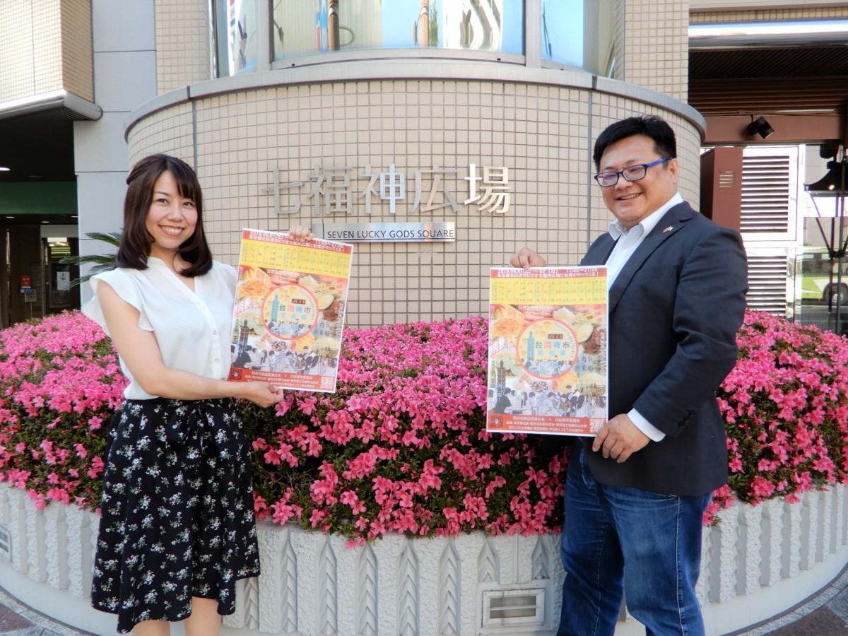 (左から)特別講演ゲストの雪希さんとイベント発起人の李さん(七福神広場で)