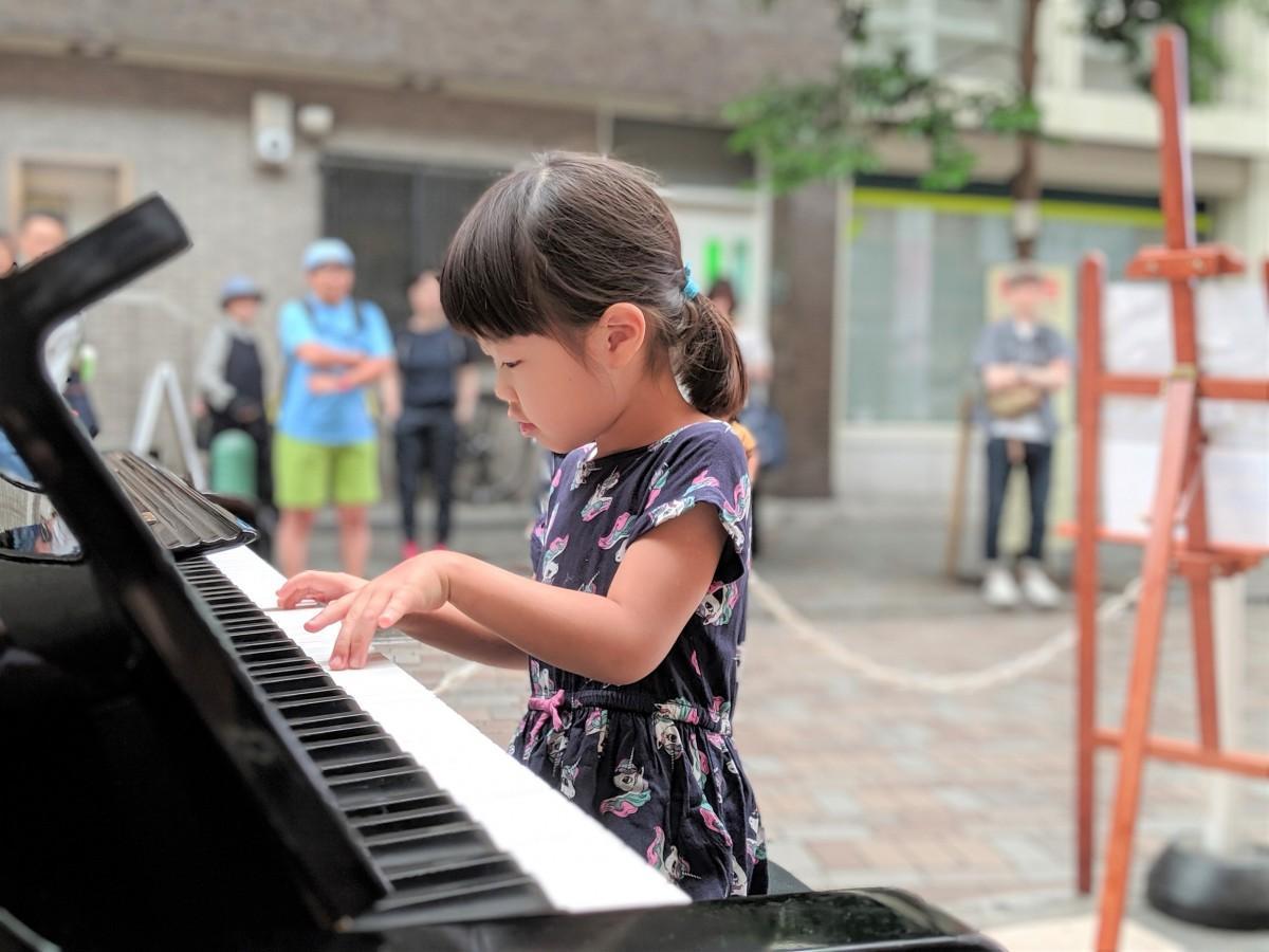 子どもから大人まで一般らが自由に演奏をおこなった