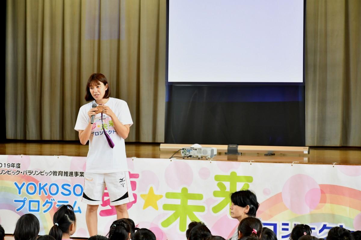 上田さんの講演に耳を傾ける児童たち