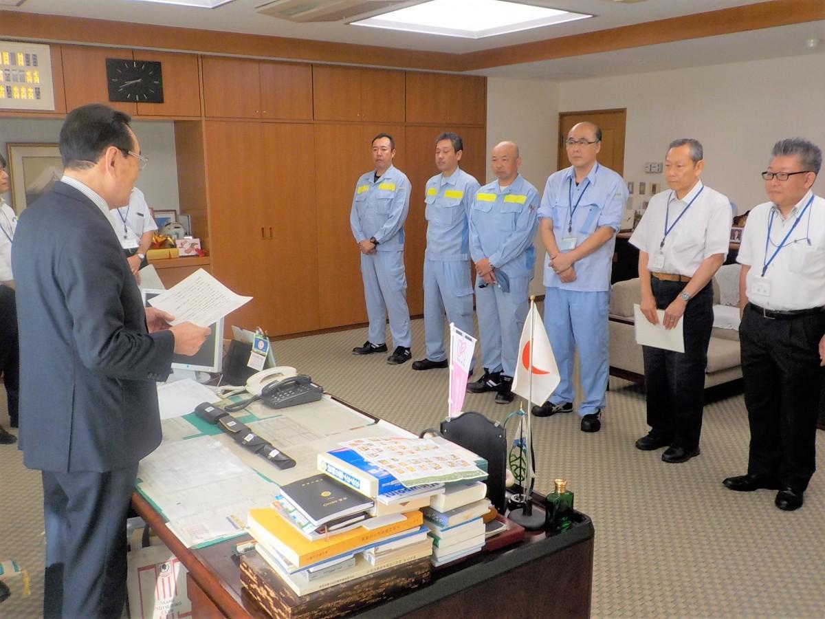 派遣する職員を見送る花川区長(左) 写真提供:東京都北区