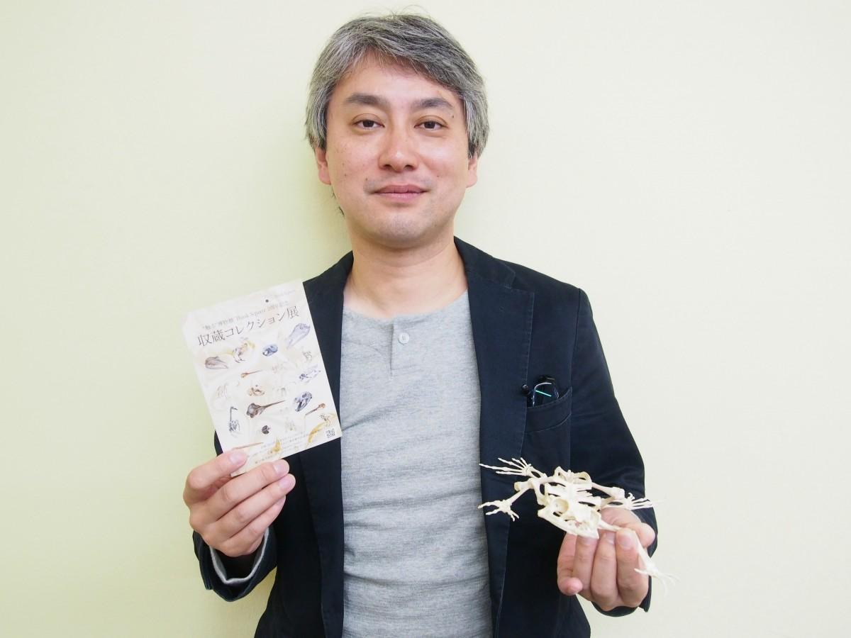 展示されるオオヒキガエルの標本とThink Squares Projectの山本さん