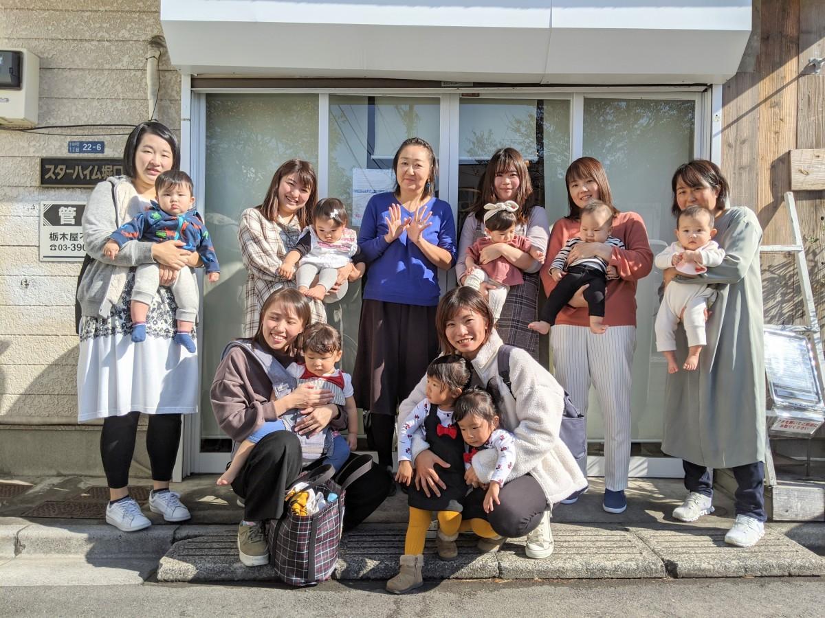 内海さん(中央)とほっこり~のに集まる子育てママ
