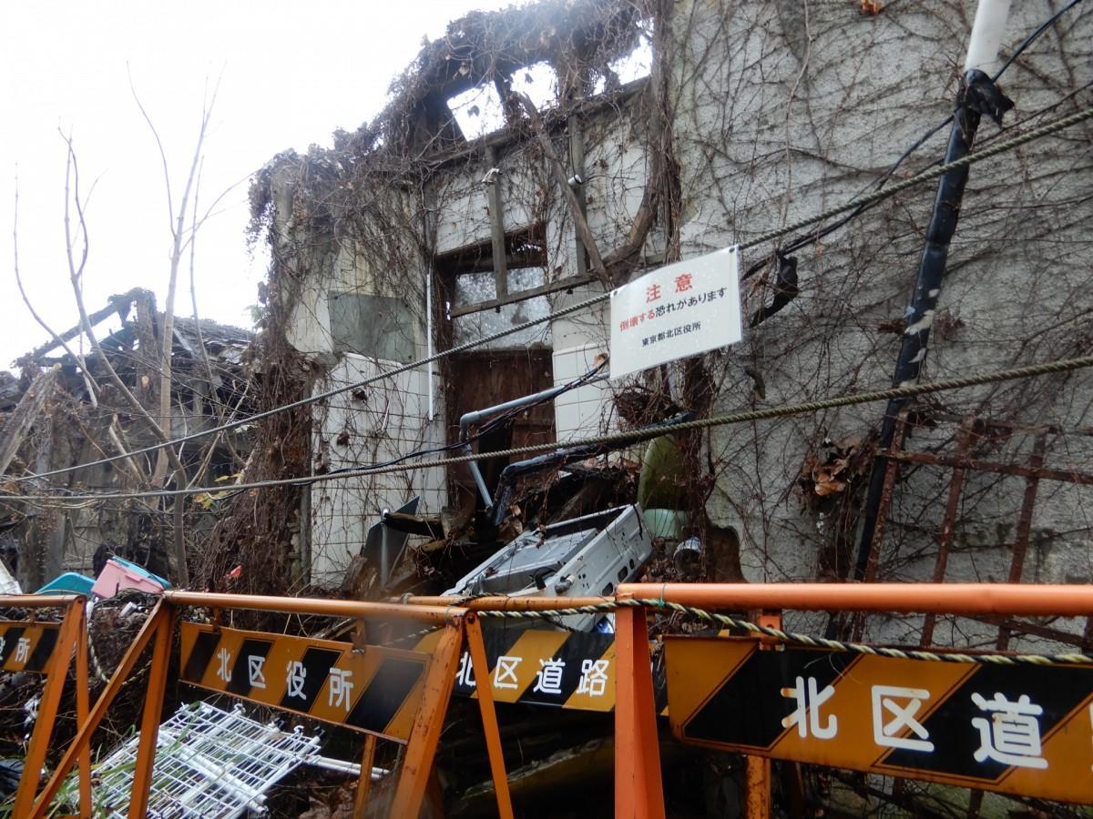 解体が行われる滝野川の空き家。不法投棄とみられる家電やゴミも見られる