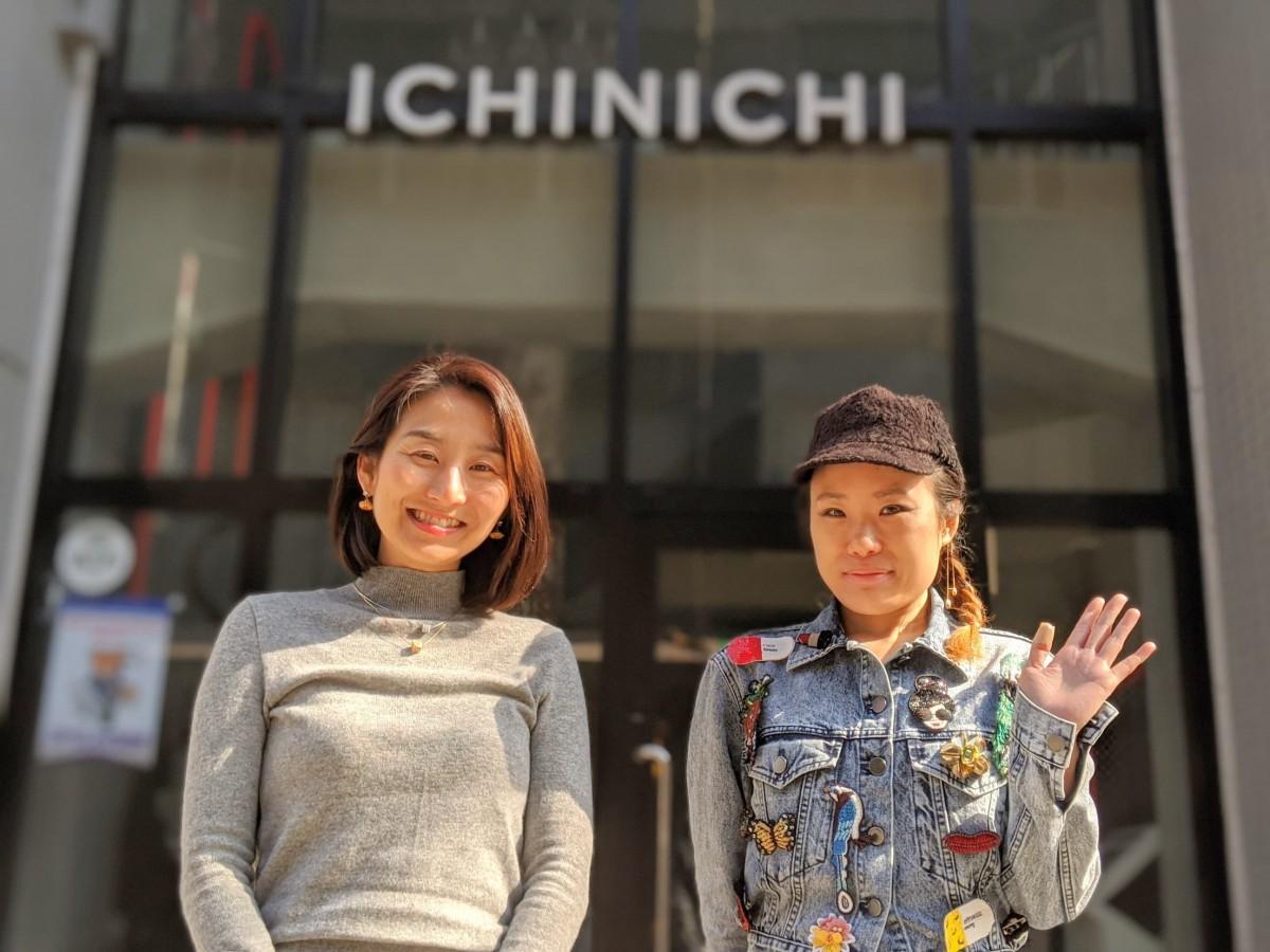 会場となるホテルICHINICHI前で参加を呼び掛ける吉柴さん(右)と土屋さん(左)