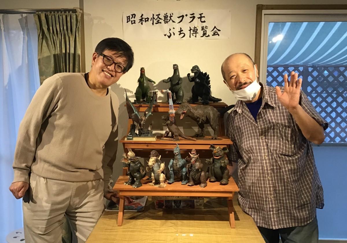 展示作品群と作者の多賀もちゆきさん(右)、アシスタントの増山努さん(左)