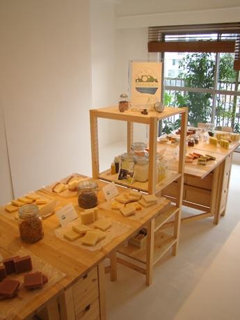 赤坂のマンションの1室にオープンした「Nidi gallery」で開催されている手作りせっけん展の様子。