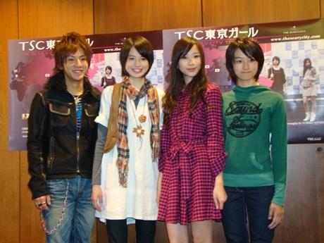 日米同時配信されるネット・ドラマ「TSC東京ガール」の出演者。左から福田雄也さん、日向千歩さん、北出菜穂さん、高月彩良さん。
