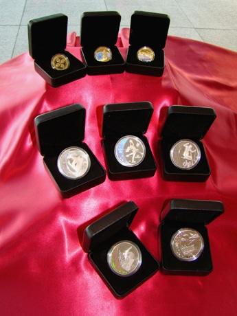 初公開された「バンクーバー2010オリンピック冬季競技大会公式記念コイン」のイメージ。
