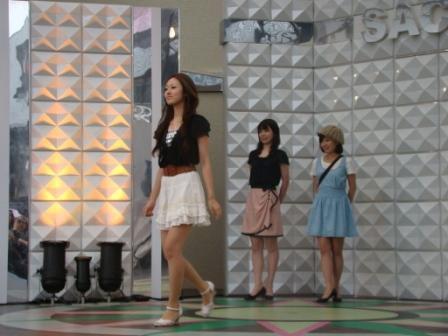 キャットウォークでショーを披露する上智大学ミスソフィア候補者たち。左から北川智恵さん、佐藤祐美さん、石井栞さん。
