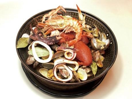 「魚介のカタプラーナ」が期間限定で半額の2,000円で味わえる。