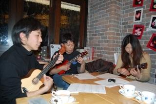 西山さんを囲んで開催されたウクレレ合奏会。今後も開催を予定している。