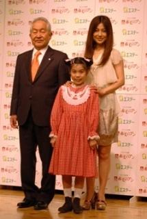 左から、エステーの鈴木喬社長、ミニーメイ役の井坂泉月さん、主演を務める島谷ひとみさん。